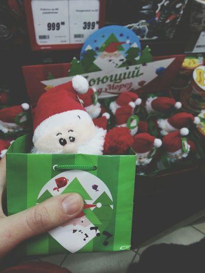 Выпал снег. а в магазинах уже появились новогоднии подарки/игрушки