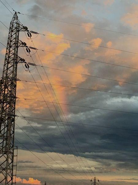 うっすら虹も🌈 空 雲 虹 鉄塔 電線