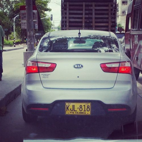 Voy a empezar una Campana contra los AnimalesEnLaVia edición Barranquilla Colombia . Esta será una serie de fotos de la placa de los carros de las personas que se encontraron el pase en un tamal. Este no sabe para que sirven las direccionales.