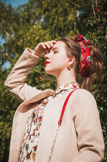 Only Women Beautiful Woman One Woman Only Tree One Person Beauty People One Young Woman Only Young Women Outdoors Smiling Portrait Day Full Frame Retro Styled Nature Grass Females Models No Filter Beautiful People Brown Hair Fashion Fashion Model Women EyeEm Ready   Fashion Stories