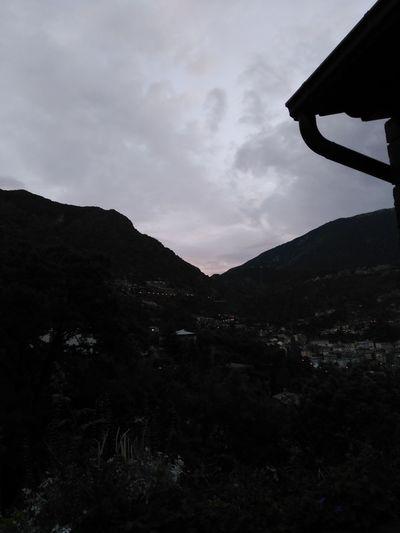 Andorra Andorralavella Montañas❤ Montañita Luces De Ciudad Puesta De Sol Cielo Y Nubes  Casas Arboles , Naturaleza Natulareza Nature Lavayluces Lavall