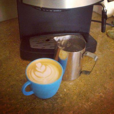 Coffeebreak antes de comenzar con las labores de diseño. ( Estoy comenzando a creer que el café es la bebida por excelencia de los diseñadores haha) Coffee Art Latte Latteart Cafe Coffeehouse