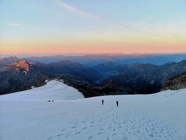 Inizio della salita al Castore all'alba del mattino successivo. Glacier Mountain Snow Cold Temperature Winter Sport Adventure Hiker Wilderness Area Mountain Peak Snowcapped Mountain Mountain Climbing