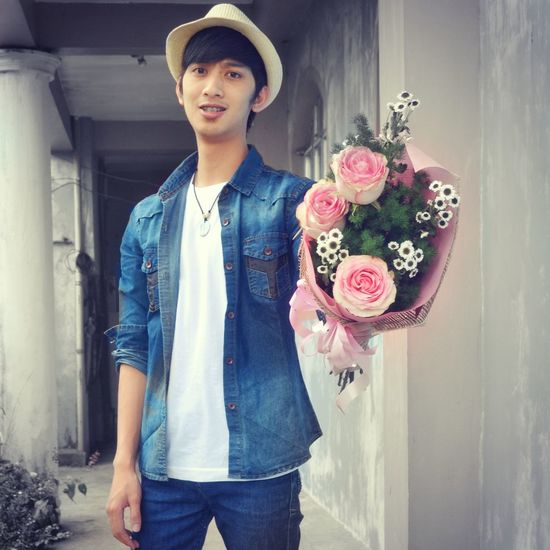 FOR YOU. Mid Adult One Man Only Casual Clothing Front View Standing Young Adult Men Cheerful Day Flower Looking At Camera One Person Portrait Only Men Indoors  mensfashion Roses Flowerporn Lifeisbeautiful Roses🌹 Boquet Of Flowers Freshness Close-up Flower Collection Pinoy Menofoutdoors #menofph #menofstyle