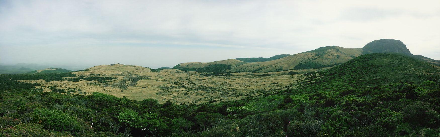한라산(Mt. Halla... Hallasan)을 오르며... 우측 봉우리 꼭대기가 백록담.... 영실코스로 가서 백록담은 못보고 바로아래 남벽분기점까지 갔다....