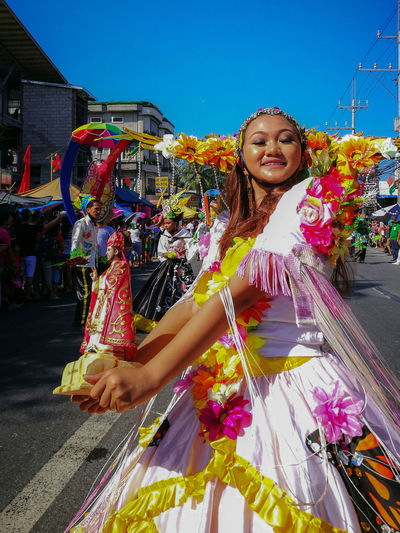 Halamanan Festival EyeEm Selects Young Women Smiling Multi Colored Beautiful Woman Happiness Portrait Beautiful People Motion Cheerful Business
