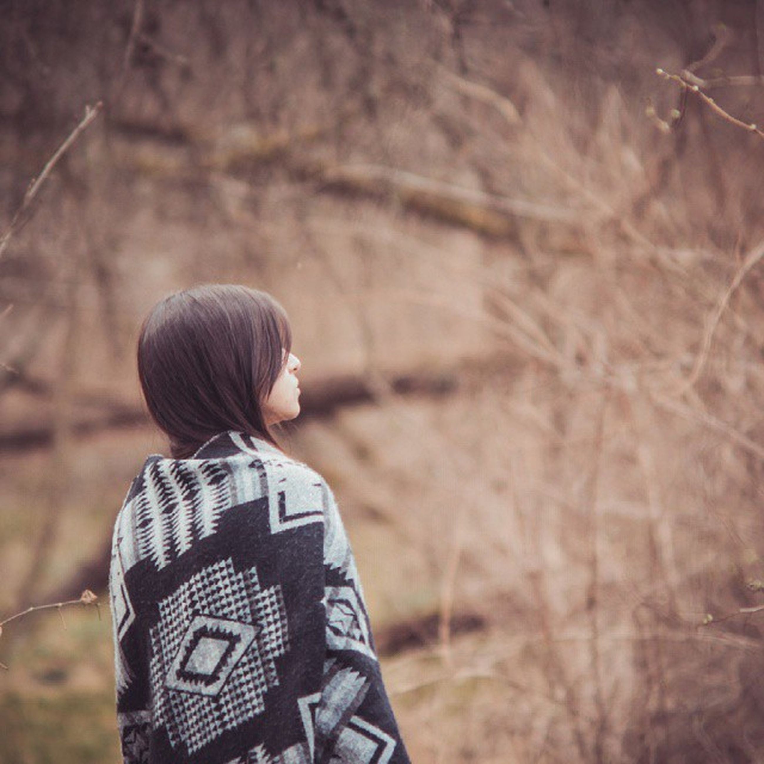 rear view, lifestyles, focus on foreground, leisure activity, casual clothing, waist up, standing, three quarter length, childhood, holding, boys, elementary age, field, outdoors, nature, side view, men, day