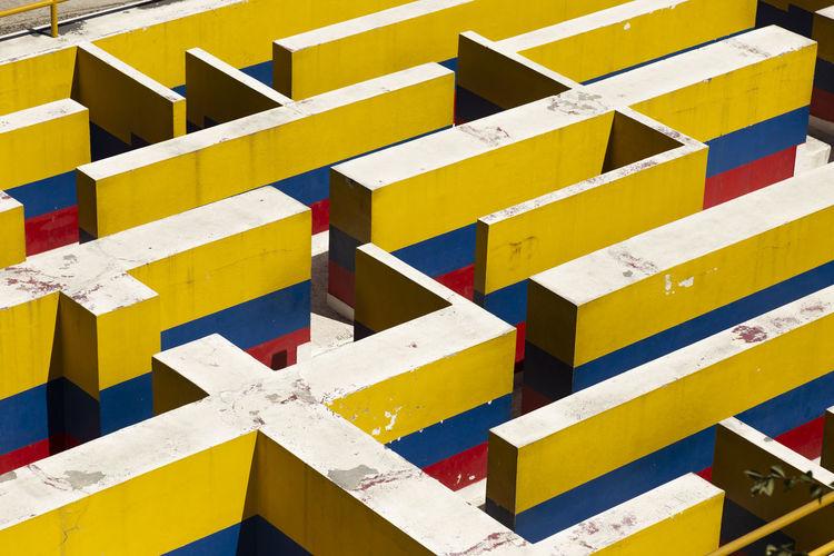 Breve representación de Colombia Labyrinth Full Frame Yellow Pattern Multi Colored Architecture Striped Design Shape