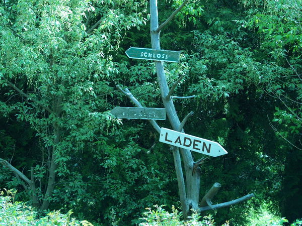 Arrow Symbol Communication Green Information Outdoors Pole Road Sign Sign Text Western Script Schloss Laden Schilder Laden