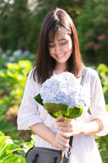 Portrait Hydrangea Hydrangea Flower Hydrangea In Bloom Hydrangea Bush Flower Asian  Garden Hat Cute Women Holding Front View One Person Real People Flowering Plant Plant Three Quarter Length Focus On Foreground Lifestyles Leisure Activity Nature Girls Child Females Smiling Casual Clothing Fragility Day Hairstyle Outdoors Hair Innocence Bouquet