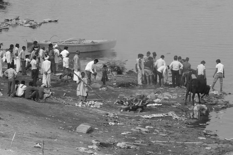 Cremation_3 Several funeral-pyre are night and day on the run. Forty kilos of wood is needed to correctly burn a cadaver. At the end, poor people gather the remaining pieces of charred wood. And they throw the non-burned body parts in the holy waters of the Ganges. Death Ganges Riverbank Mourning Burning Ghats Cadaver Deuil Dolor Douleur Ghats De Cremation Sorrow Souffrance