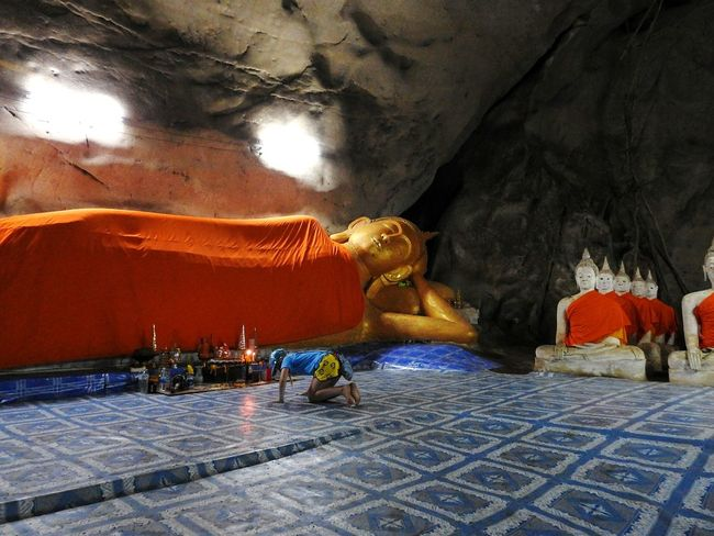 Religion Buddha Reclining Buddha EyeEm Selects EyeEmNewHere Ao Noi Prachuap Khiri Khan PrachuapKhiriKhan Thailand Temple Cave Real Thailand BUDDHA !! Monks Daughter Happy Summertime Thai Happy Summer Magic Time 😉