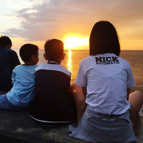 Beautiful Sunset with my fave people in the world 💋 IPhoneography Sunset Sea Real People Sky Beach Men Water Nature Horizon Over Water Togetherness Leisure Activity Friendship Women Sitting Lifestyles Beauty In Nature People Day Scenics Outdoors