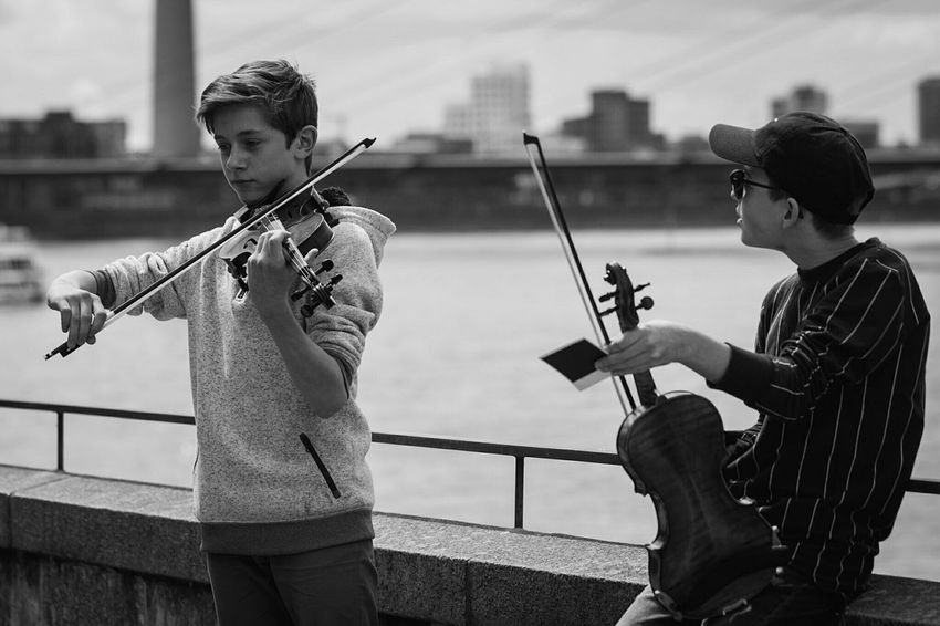 ~ Алчи-Алчи / Schichtarbeit 🎻 ~ The Street Photographer - 2017 EyeEm Awards Playing Teenager Two People Music People Arts Culture And Entertainment Togetherness Plucking An Instrument Day Musician Musical Instrument Violin Outdoors Young Adult Skill  City Sky Friendship Black & White Monochrome Getting Inspired Light And Shadow Communication Düsseldorf