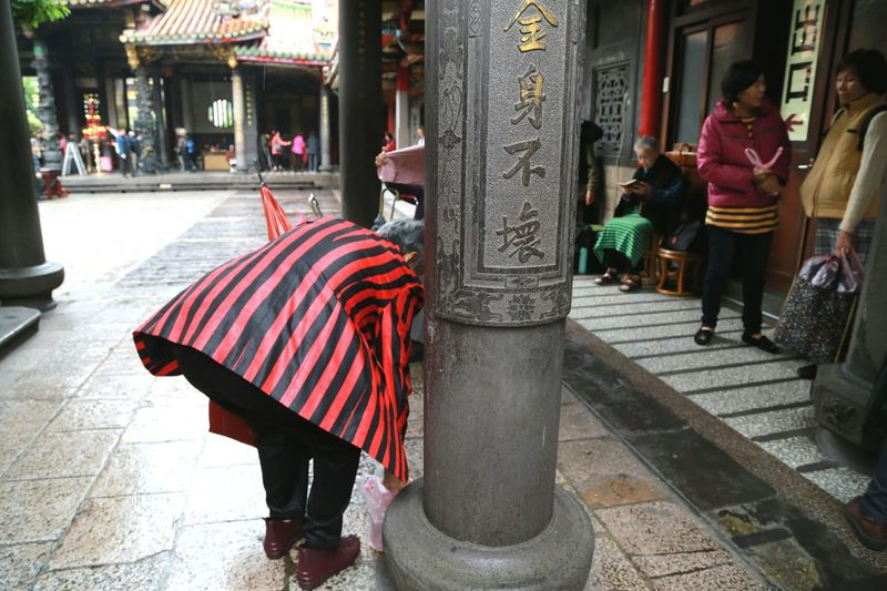 Street Capture The Moment Streetphoto_color Showcase: February Streetphotography Old Town 萬華區 龍山寺 Taipei