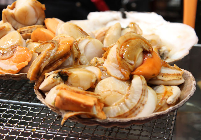 Scallop with the seashell on the grill in Kuromon Ichiba Market, Osaka, Japan Asian Food Chinese Food Close-up Cultures Day Food Food And Drink Freshness Healthy Eating Kuromon Ichiba Market No People Osaka 大阪 Ready-to-eat Scallop Shells Seafood