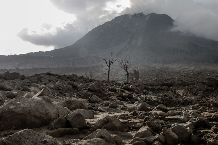 The impact of the destruction of the village due to the impact of rain of dust and natural stones from Sinabung Sinabung INDONESIA Eruption Sinabung Mountain Tree Fog Forest Fire Winter Sky Landscape Active Volcano Volcanic Landscape Smog Volcanic Rock Volcano Volcanic Activity Ash Volcanic Crater