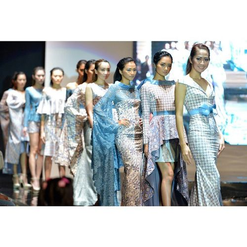 Kibo no hana by @bramantawijaya Fashionmomentum Fashion Fashiondesert Fashionshow Model Likeforlike Catwalk Pfw Nyfw Asian  Surabaya Nikon INDONESIA Batik Blue