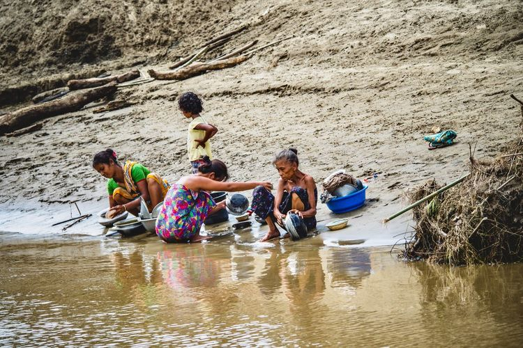 Streetphoto Tribe Riverside Backwaters Bangladeshi Bangladesh Bangladesh 🇧🇩 Water Group Of People Real People Beach Nature Land Sand Men Vacations Leisure Activity Trip Lifestyles Boys Holiday Day Childhood Togetherness Women Males  Outdoors EyeEmNewHere