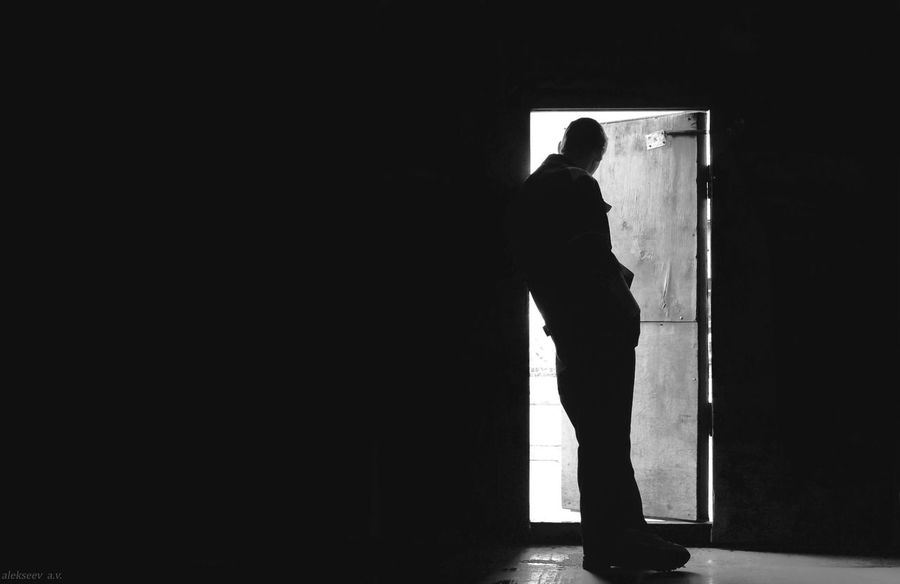Black And White Photography Door Light Man Shadow дверь свет тень человек черно-белое фото
