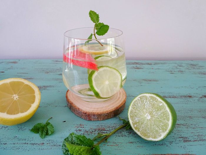 Glass of Vitamin water Diet Vitamin Water Vitamins Drink Detox Detoxwater Vitamin Glass Cold Drink Summer Drink Detoxwater Drink Refreshment Food And Drink Fruit Drinking Glass Glass Citrus Fruit Water Freshness SLICE Lemon Herb Leaf Lime Mint Leaf - Culinary