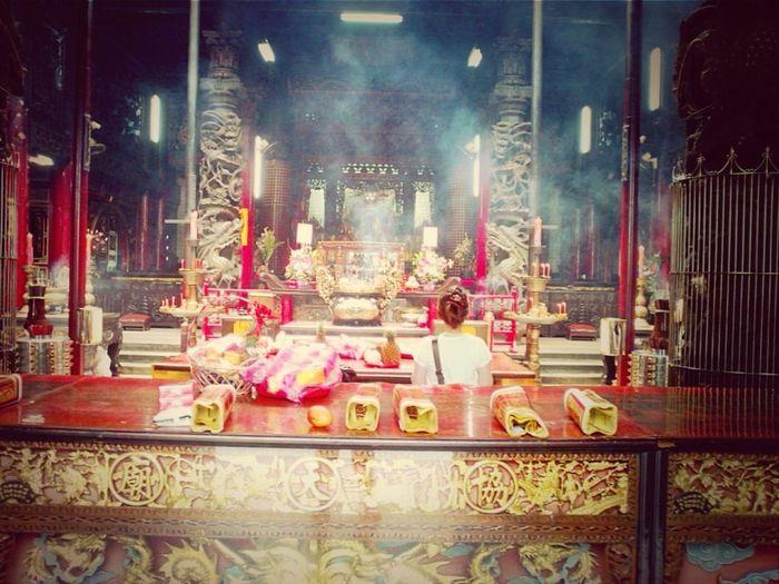 人們總是相信並且膜拜他們信仰的神。People always believe and worship the God of their faith。