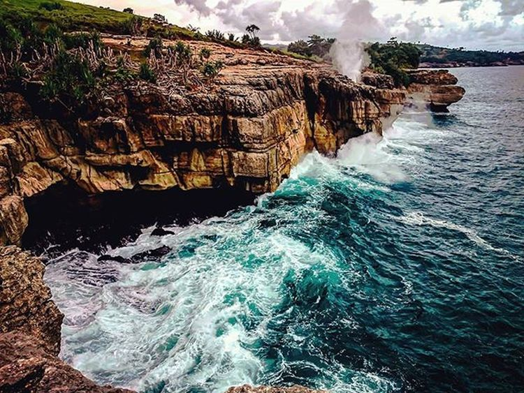 Masih tetap sama dalam keindahan Banyumuloktulungagung Tulungagung terimakasih untuk kawan perjuangan @takbirulakbar @faqih_azzaky Discovertulungagung Traveltime Indotravellers Ayodolan Penjelajahwisata Jawatimur Sea Belajarphotography NaturalBeauty Geonusantara Pejuangwisataalam Pelosoknusantara Paradiso Pejalanselow . . . . . . . Jepret by: @sherlyazzaky