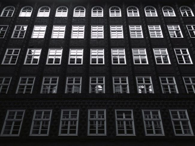Chilling at the Chilehaus Hamburg Chilehaus Windows Light And Shadow Creative Light And Shadow Darkness And Light Built Structure Architecture Jopesfotos - Buildings Jopesfotos - Bestefotos