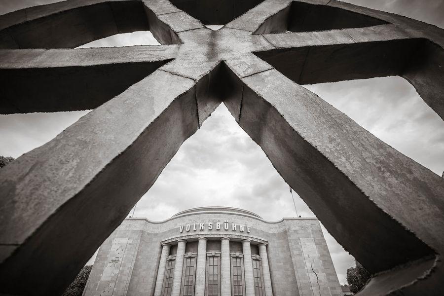 Blick durch das Rad vor der Volksbühne in Berlin Berlin Räuberrad Theater Volksbühne Architectural Column Architecture Day Kultur Kunst No People Politik