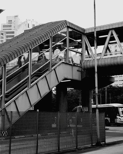 Cidade cinza. Do ponto, esperando o busão. Architecture Parque Dom Pedro . Sao Paulo - Brazil P&B
