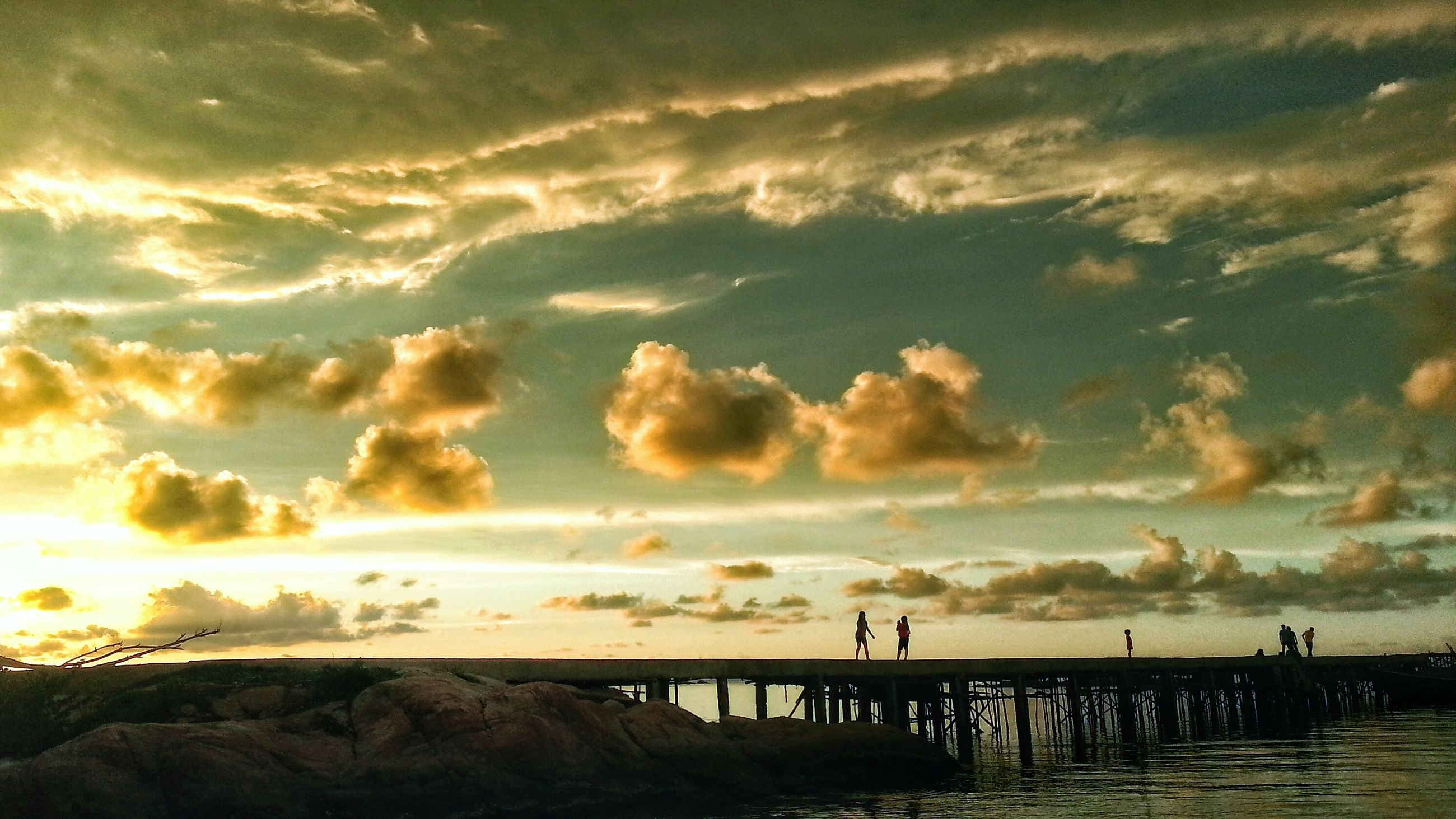 sea, water, sunset, sky, horizon over water, scenics, beach, tranquil scene, beauty in nature, tranquility, cloud - sky, silhouette, shore, nature, idyllic, incidental people, vacations, cloud, outdoors, orange color