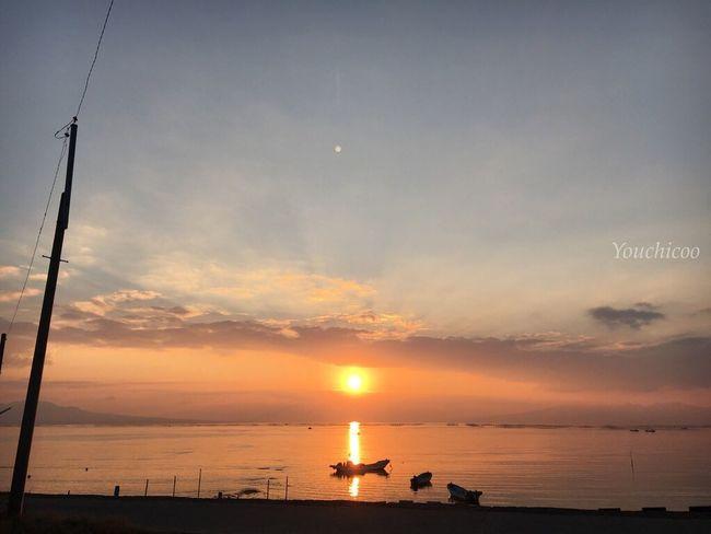 お気に入りの場所で見るオレンジの太陽とオレンジに染まる海、、、空 。 明日も頑張ろうって思う瞬間… 生きてるって本当にありがたい Sea EyeEm Best Shots Iphonegraphy Sky_collection Sea And Sky Sunsetporn EyeEm Best Shots - Sunsets + Sunrise