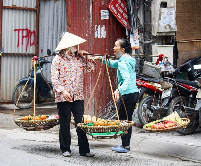 Chatting Gossiping Gossip Girls Fruit Conical Hat Ba Dinh, Vietnam Street Photography Making A Living Fruit Seller Selling Fruit Oranges Balance Hanoi, Vietnam Side Of The Road Street Seller Turf War