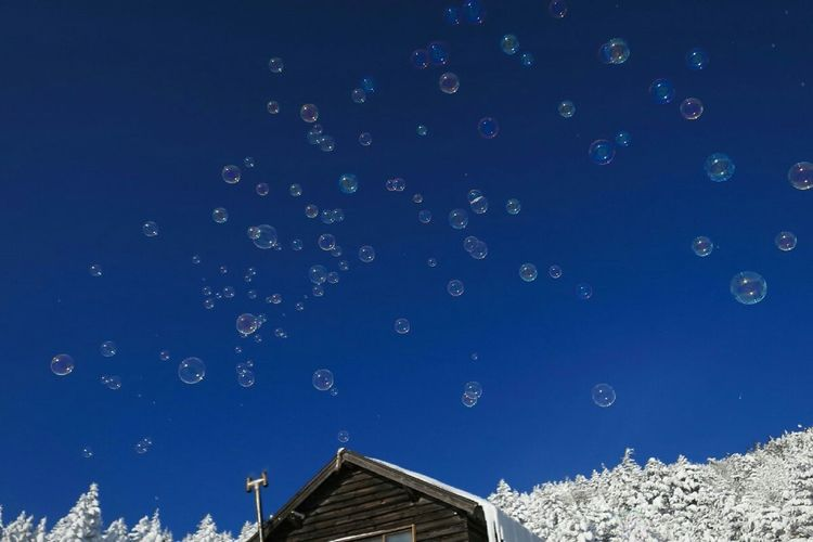 八ヶ岳ブルーの空に舞う。 Soap Bubbles Blue Sky Snowmountain Cold Temperature Winter Cobalt Blue By Motorola Soft Rime 八ヶ岳ブルー 北横岳ヒュッテ