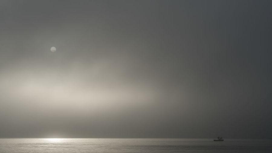 小舟荡荡,大海茫茫,潮来朝阳,潮去夕阳。 sunrise Sea Horizon Outdoors Sky Water Boat Fishing Sunrise Morning