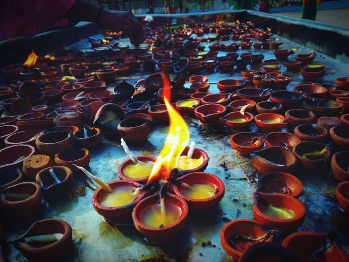 Agni Temple Fire Lamp India Spirituality Offering Holy Many Clay Lamp Close-up Flame Table Illuminated Burning Diya - Oil Lamp Oil Lamp Arrangement Order Hinduism Lit Fire - Natural Phenomenon