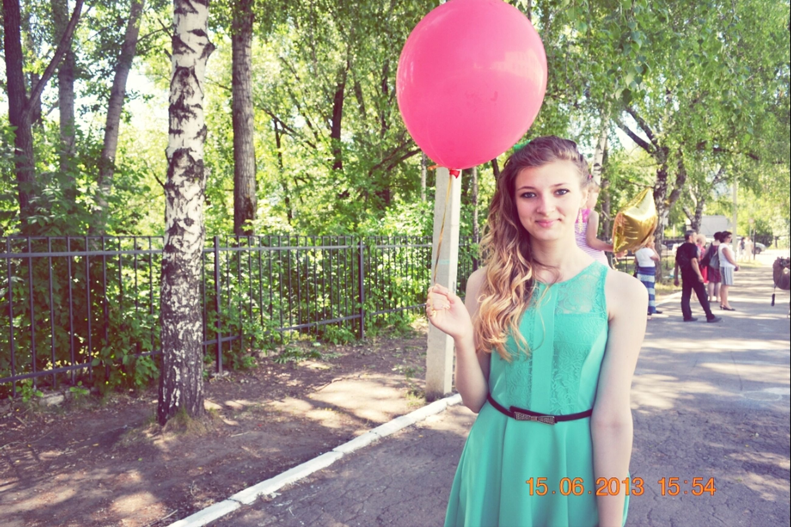 tree, leisure activity, lifestyles, childhood, girls, casual clothing, standing, park - man made space, elementary age, boys, person, balloon, full length, fun, enjoyment, front view, holding, playing