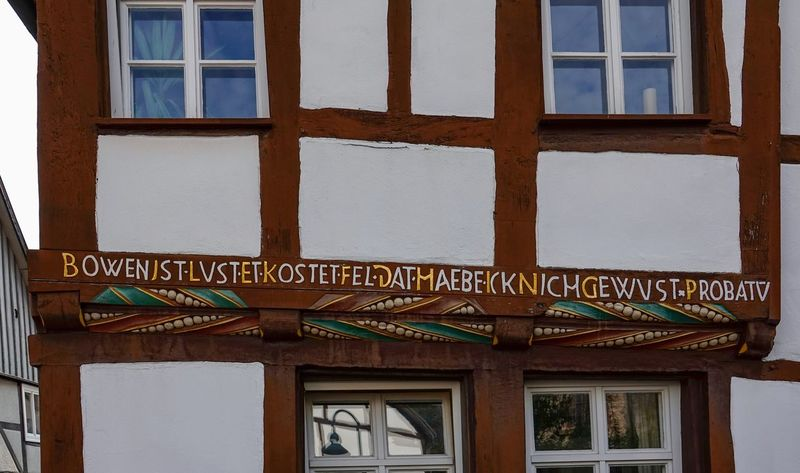 Anno 1600 Fachwerkhaus Holzbalken Innschrift Joseph-Kohlstein-Str. Restauriert Architecture Building Building Exterior Built Structure Capital Letter Communication Day Glass - Material Information Low Angle View Nature No People Outdoors Sign Text The Past Transparent Warburg Altstadt Western Script Window Wood - Material