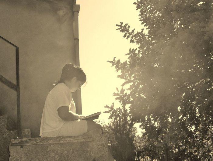 Books ♥ Love Loveit Nature Nature Outdoors Reading Reading & Relaxing Reading A Book Reading Books Readingtime Real People Summer Summer Activity Summer Afternoon Summer Light Summer Memories 🌄 Summer Paradise Summer ☀ Thesmellofsummer Tree Wireless Technology Young Adult