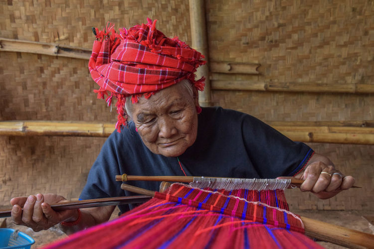 Scarf confection from Pao Tribes Travel Travel Photography Myanmar Knitting Needle Working Loom Multi Colored Wool Textile Weaving Red Senior Adult Knitting Craft Product Textile Factory Handmade Needlecraft Product