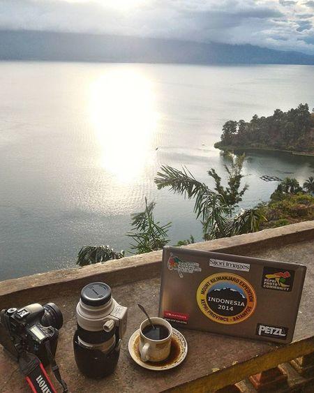 Hari ini bekerja dari sini, ditemani kopi lokal kita mengedit foto sambil menunggu bintang itu lewat Documentary Dailylife SijoriImages Yuliseperi Photojournalist Pewartafotoindonesia Pfikepri 1000kata Toba
