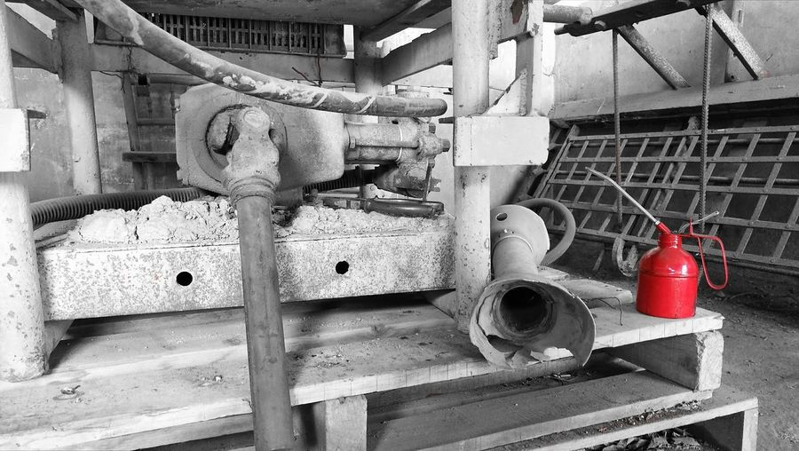 Engrasando la máquina Workshop Indoors  No People Day Rusty Old Stuff MonochromePhotography Black And White Blackandwhite Red Grease Lubricant