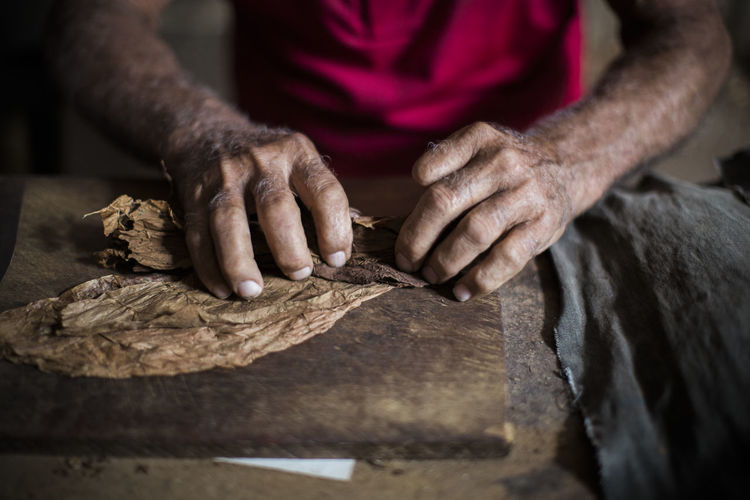 Carving - Craft Activity Cigar Cigars Close-up Farm Fingers Handmade Hands Holding Human Body Part Human Hand Indoors  Making Men One Man Only One Person People Real People Robaina Rolling Cigars Tabaco Wood - Material Work Tool Working