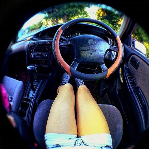 Просто ляхи вмашине Sammer Auto Photo Girl In Car Legs Behind The Wheel