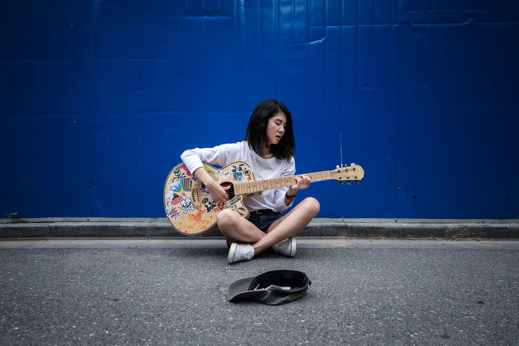 Lonely wandering singer Casual Clothing Chinese City Girl Guitar Leisure Activity Lifestyles Lonely Portrait Singer  Wandering Market Reviewers' Top Picks