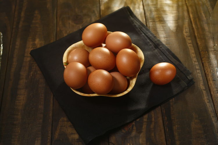 ovos caipira Food Food And Drink Egg Healthy Eating Freshness Table Wellbeing Still Life Brown Wood - Material Close-up Indoors  Raw Food No People High Angle View OVO Bowl Fruit Container Wood Group Of Objects Ovos Caipira