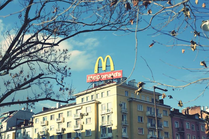 Wir lieben es McDonald's Mcdonalds McDonald Brand Logo Golden Arches Blue Sky EyeEm Selects Materialism Food Fastfood Fastfoodjunkie Fastfoodtime! City Neon Illuminated Cityscape Old-fashioned Retro Styled Sky Architecture Building Exterior Pastel Colored Light Blue