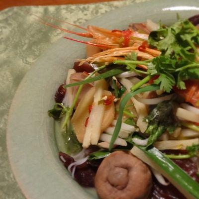 昨日TOBICHIで購入した「ほんとにだいじなカレー皿」の色ちがいに、トムヤムクンヌードルを盛ってみた! 思った通り、エスニックな感じにも合うなー。 Hobonichi