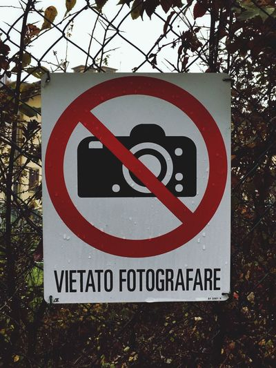 Close-up Road Sign Outdoors Vietato Fotografare