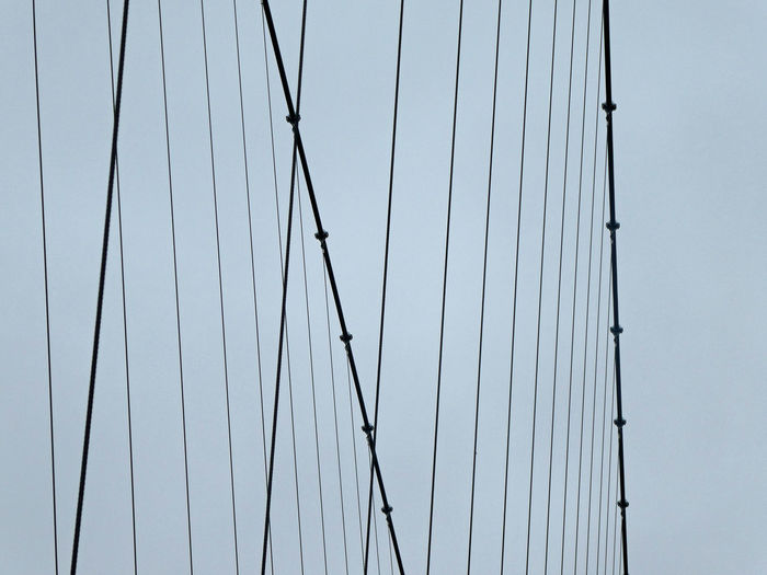 Draht Drahtseile Drahtgeflecht Hanging Steel Cable Steel Construction Pendant Bridge Grey Sky Seil Sommerberg Fußgängerbrücke Hängebrücke Man Made Structure Lines Steel Cable Cable Bridge Metalic Structure Network Hängebrücke Structure Sky Close-up 17.62° The Minimalist - 2019 EyeEm Awards